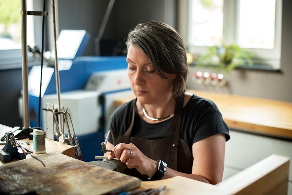 Edelsmid Marita van Oorschot in haar atelier