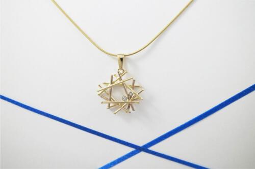Bicolor-gouden-staafjes-hanger-met-diamant