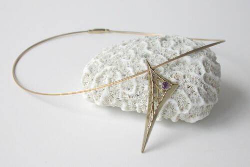 Geelgouden-hanger-driehoek-amethist