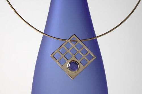 Geelgouden-hanger-vierkant-saffier