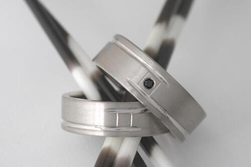 Witgouden-trouwringen-zwarte diamant