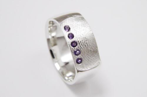 Zilveren-ring-vingerafdruk-amethist