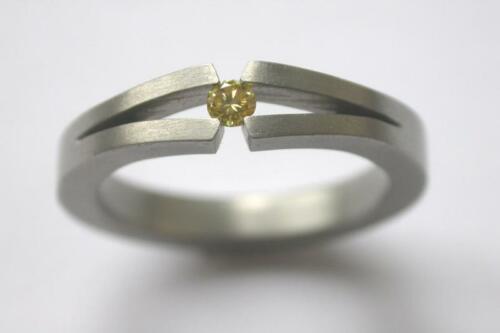 Titanium-ring-gele-diamant